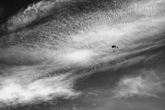 Obraz Letní obloha s mraky a parašutistou
