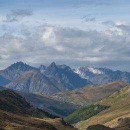 Krajina u Livigna s mraky nad italskými Alpami